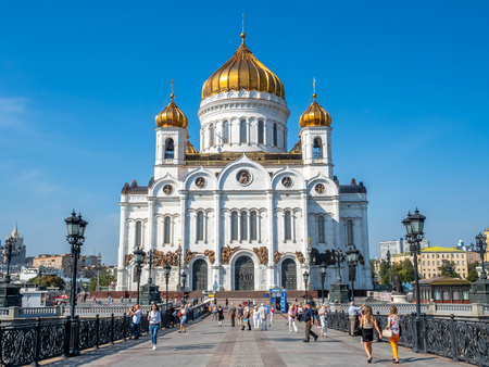 MOSCOW, RUSSIA - SEPTEMBER 6 : Cathedral of Christ the Saviour, front view from bridge cross Moskva river with tourists, Moscow, Russia, on September 6, 2018. 스톡 콘텐츠 - 131367260
