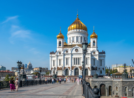 MOSCOW, RUSSIA - SEPTEMBER 6 : Cathedral of Christ the Saviour, front view from bridge cross Moskva river with tourists, Moscow, Russia, on September 6, 2018. 스톡 콘텐츠 - 132127775