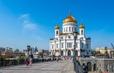 MOSCOW, RUSSIA - SEPTEMBER 6 : Cathedral of Christ the Saviour, front view from bridge cross Moskva river with tourists, Moscow, Russia, on September 6, 2018. 스톡 콘텐츠 - 132420250