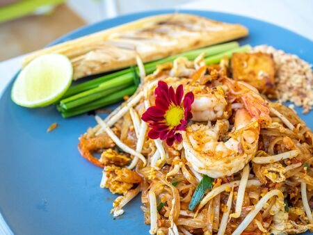 Pad Thai, Thai style fried noodle with bean sprout and shrimp, served with lime and banana blossom 스톡 콘텐츠 - 148494578