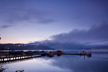 zon maan: Taiwan Sun Moon Lake Mooi landschap