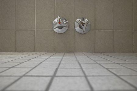 chaud froid: scnenes dans la salle de bains: fro robinet eau chaude et froide