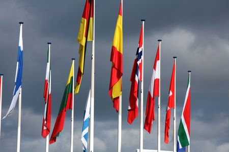 drapeaux européens dans le vent et le soleil avec le ciel gris