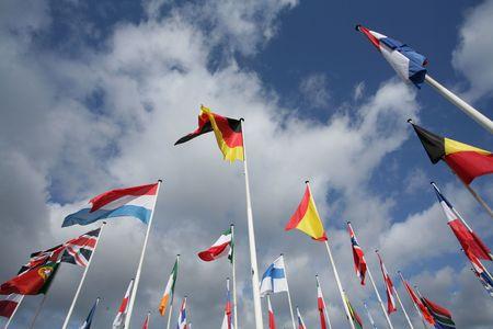 banderas del mundo: banderas europeas en el viento y el sol con cielo gris Foto de archivo