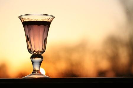 オレンジ色の背景 (夕焼け) ワイン グラス
