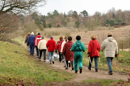 Groupe de personnes sur un chemin forestier