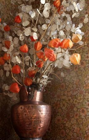 flores secas: flores secas rojas y blancas en un florero de cobre
