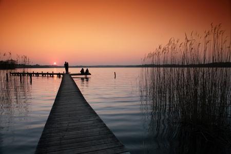 un lac au Danemark, un pont de bain appelé sur un lac danois au coucher de soleil Banque d'images