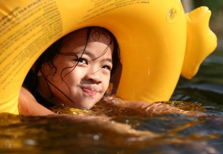 extérieur enfant heureux en été Banque d'images