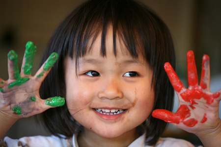 指絵を使って遊んで子供の顔のクローズ アップ