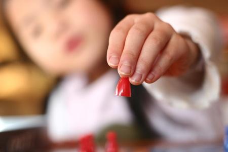 Niño jugando ludo, se centran en la mano Foto de archivo - 10070902