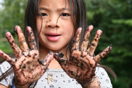 2 つの汚れた手を示す子供のクローズ アップ 写真素材