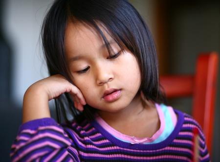 周囲の光の屋内の疲れた子供撮影