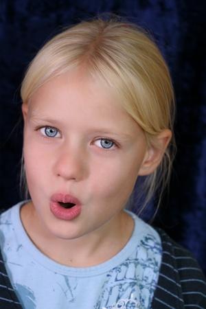 Gros plan d'un visage de l'enfant tout en chantant