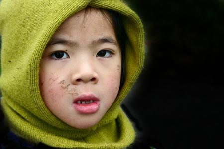 l'attitude pensive enfant chinois avec un chapeau d'hiver Banque d'images