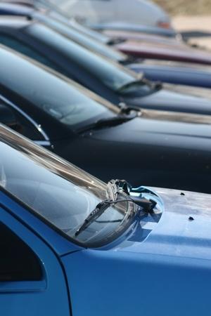 parked: Auto's op een parkeerplaats Redactioneel