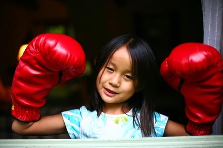pugilist: chica con guantes de boxeo