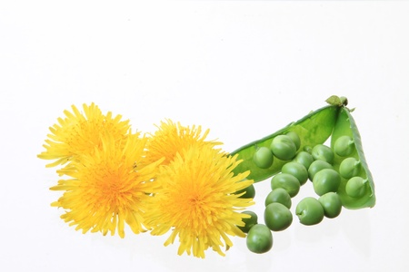 isoladed: several peas isoladed on white background and flowers