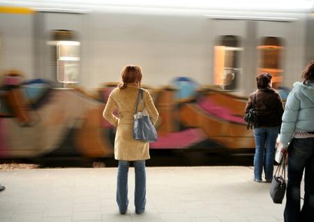 電車、駅、旅客およびブリュッセルの旅行者
