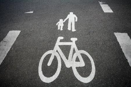 un signe de vélo sur la route