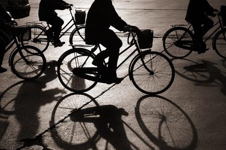 北京中国の通りで自転車に乗って