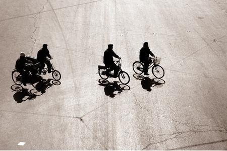 cicla: Andar en bicicleta en una calle en Beijing China