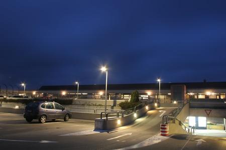 Voitures sur un parking la nuit Banque d'images - 11945973