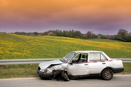Accident de voiture au Danemark, voiture accidenté stationné sur le bord de la route