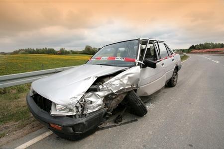 Accident de voiture au Danemark, en voiture accidentée garée sur le bord de la route Banque d'images