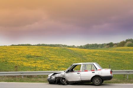 デンマークでは、accidented の車を道路側に駐車の車のクラッシュ 写真素材