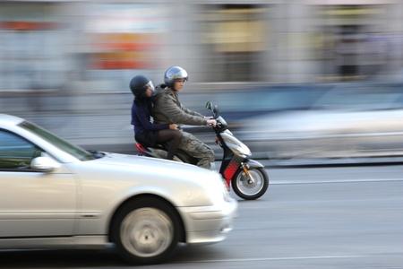 panning shot: traffico in paris girato con velocit� dell'otturatore bassa (panning)