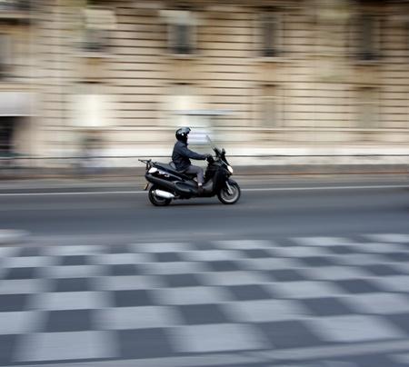 la circulation à Paris a tiré à une vitesse d'obturation lente (panoramique) Banque d'images