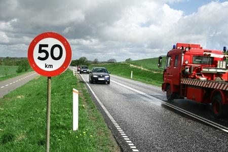 voiture de la circulation sur une route à l'été avec un beau ciel bleu nuageux