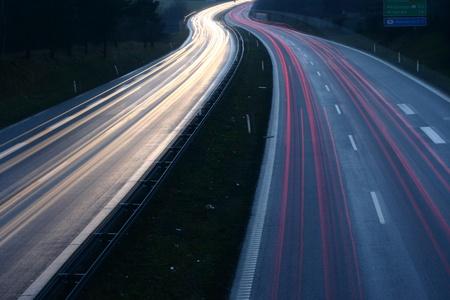 デンマークで夜のトラフィックが (橋) から低いシャッター スピードで撮影 写真素材