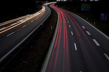 trafic de nuit au Danemark tiré par le haut (un pont) avec une vitesse d'obturation lente