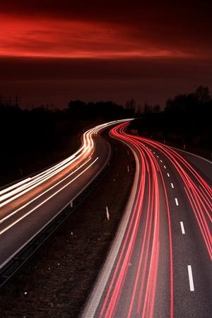 trafic de nuit au danemark tiré par le haut (un pont) avec une vitesse d'obturation lente Banque d'images