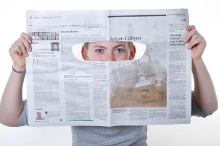 Lisant le journal des enfants Banque d'images - 12570841