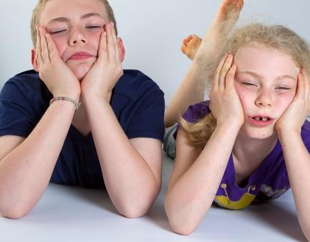 Enfants s'ennuient avec fond blanc; tournés en studio Banque d'images