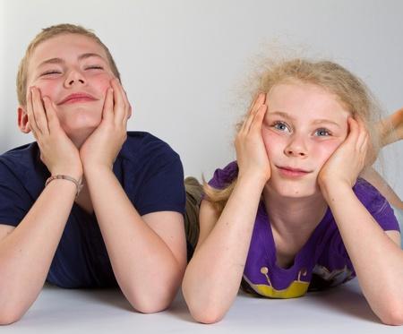 Enfants s'ennuient avec fond blanc; tournés en studio photo