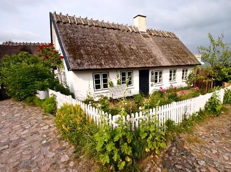 moitié de maison à colombages traditionnelle Au Danemark, une journée d'été ensoleillée Éditoriale