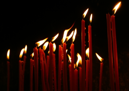 flamme: candle in a dark background