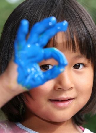 bambino dipinto e giocare con i colori pittura con le dita (bambino cinese)