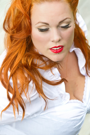 rood haar: Red hair girl in pin-up style portrait