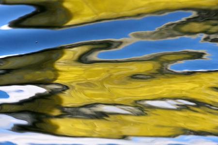 reflexion: Reflexi�n en un lago en Dinamarca con color azul
