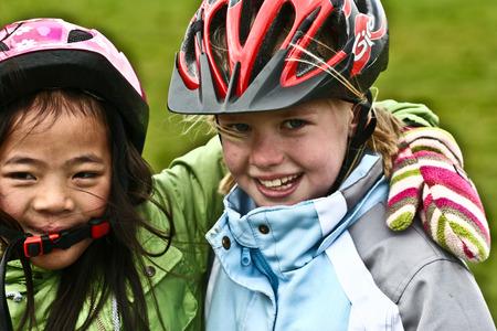 Deux filles amis avec casque de vélo photo