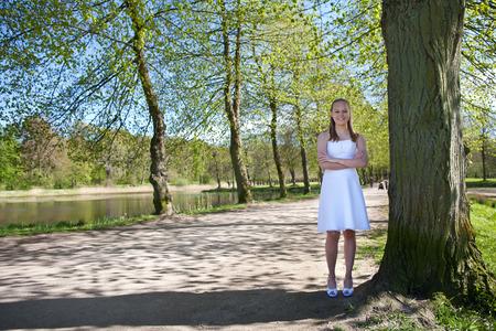 confirmacion: Muchacha el d�a de la confirmaci�n en la primavera en Dinamarca Foto de archivo