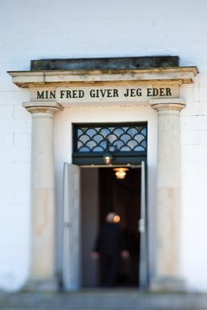 confirmacion: Iglesia de un día de la confirmación en primavera en Dinamarca. Tirado con inclinación y desplazamiento Foto de archivo