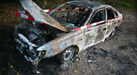 quemado: Coche quemado después de un accidente en Dinamarca