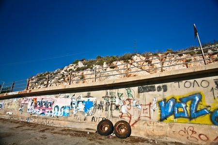 Oude muur in de Peloponnesos in Griekenland in de zomer