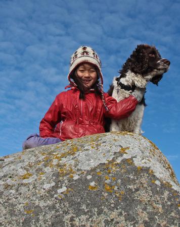 Enfant et le chien: fille avec son animal de compagnie préféré photo